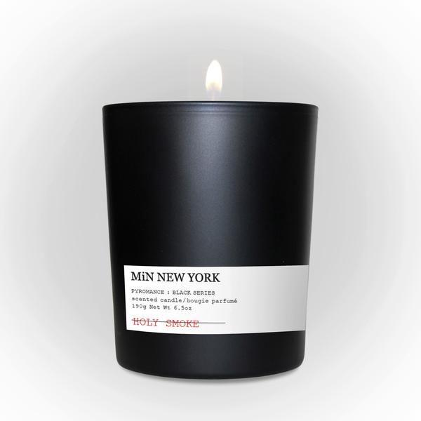 Candela in bicchiere in vetro opaco di colore nero, con il caratteristico logo Min NY, durata circa 50 h. Fromato: 190gr