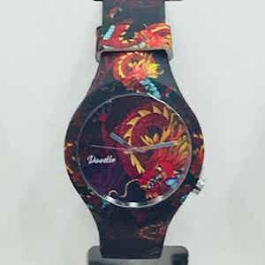 Doodle Watch Dragon Mood orologio analogico al quarzo con cinturino in silicone unisex. Subacqueo fino a 3 atmosfere. Due anni di garanzia dalla data di acquisto. Cinque Mood ispirati al mondo dei Tattoo, in 25 fantasie.