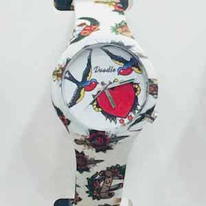 Doodle Watch Tatto Mood orologio analogico al quarzo con cinturino in silicone unisex. Subacqueo fino a 3 atmosfere. Due anni di garanzia dalla data di acquisto. Cinque Mood ispirati al mondo dei Tattoo, in 25 fantasie.